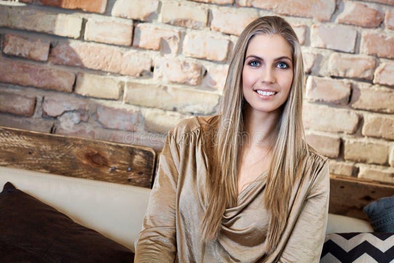 美丽的新白肤金发的妇女纵向 免版税库存照片