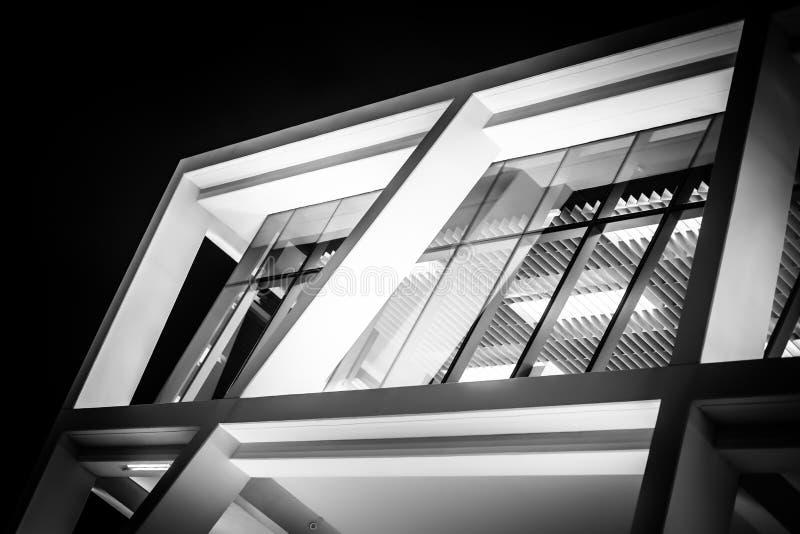 美丽的新的现代玻璃办公楼壁角看法在Nig的 免版税库存照片