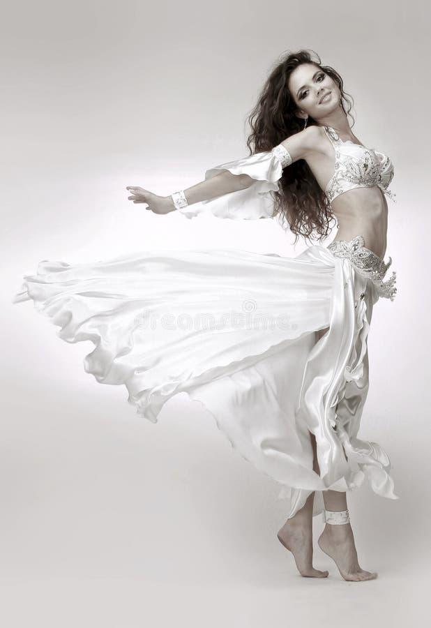 美丽的新肚皮舞表演者 免版税库存图片