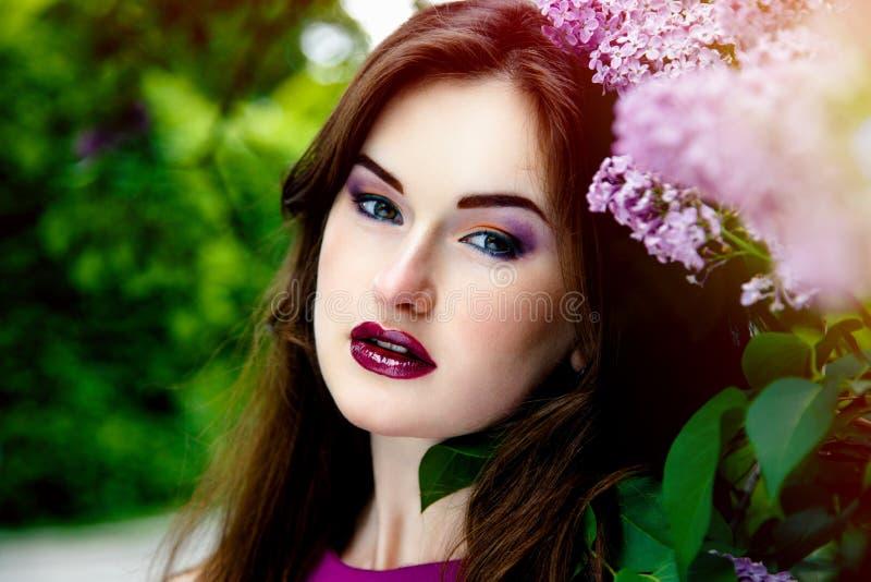 Download 美丽的方式构成妇女 库存照片. 图片 包括有 室外, 关心, 花束, 背包, 白种人, 叶子, 成人, 表面 - 62536666