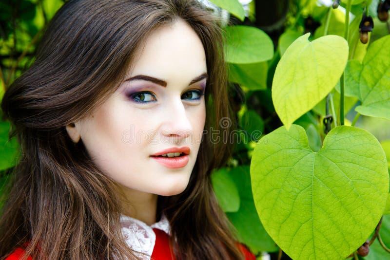 Download 美丽的方式构成妇女 库存图片. 图片 包括有 花束, 绿色, 健康, 关心, 女孩, 眼睛, 嘴唇, 设计 - 62536745