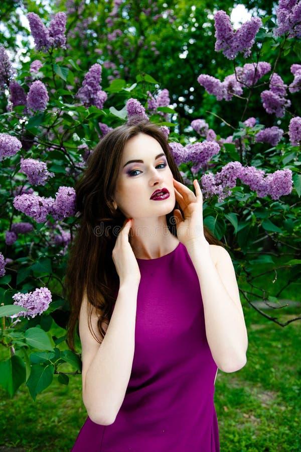 Download 美丽的方式构成妇女 库存图片. 图片 包括有 礼服, 人们, 室外, 头发, 方式, 表面, 本质, 成人 - 62536825