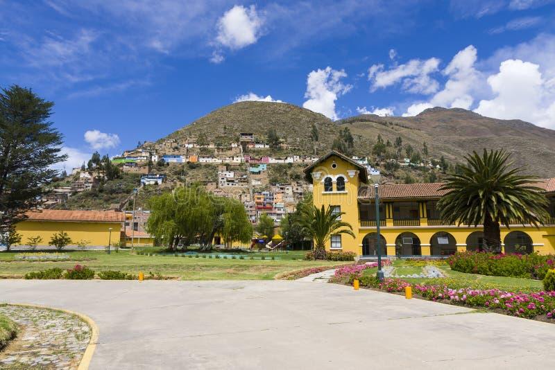 美丽的旅馆和普通的房子山坡& x28的; Tarma, Peru& x29; 图库摄影