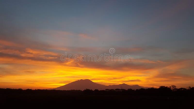 美丽的日出视图活火山火山口 库存照片