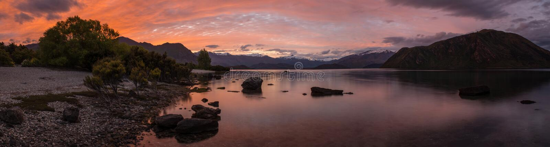 美丽的日落全景视图湖Wanaka,昆斯敦,新的热忱 免版税库存照片