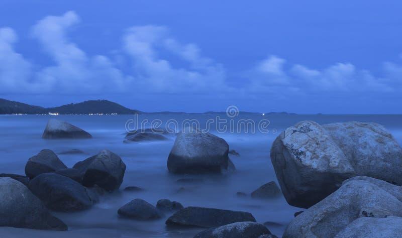 美丽的日落和海波浪 免版税库存照片