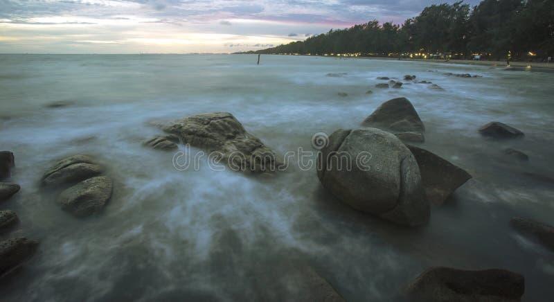 美丽的日落和海波浪 免版税图库摄影