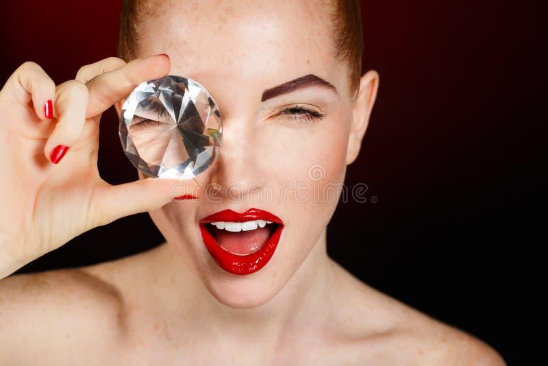 美丽的时尚女孩的面孔。构成。构成和修指甲。指甲油。秀丽皮肤和钉子。美容院 免版税库存照片