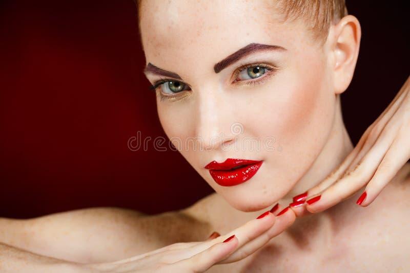 美丽的时尚女孩的面孔。构成。构成和修指甲。指甲油。秀丽皮肤和钉子。美容院 库存图片