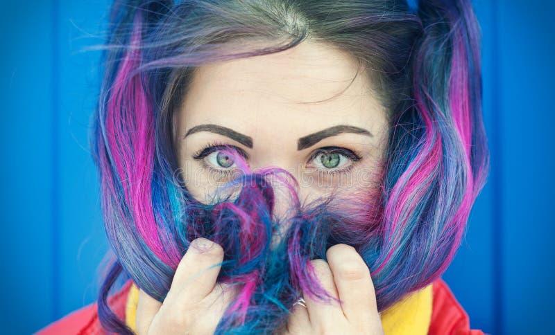 美丽的时尚行家妇女画象有五颜六色的头发的 库存图片