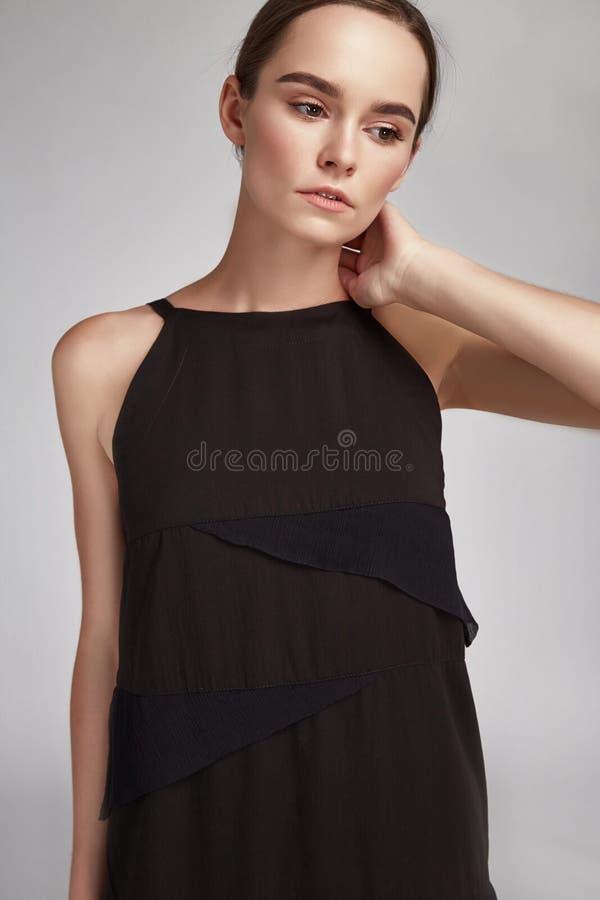美丽的时装模特儿妇女浅黑肤色的男人头发画象  免版税库存图片