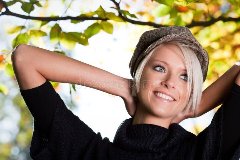 美丽的时髦少妇在秋天 库存图片