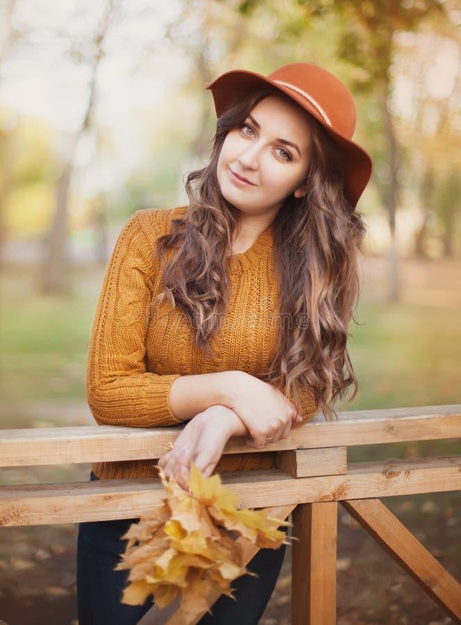 美丽的时髦的女人室外在晴朗的秋天天 免版税库存图片