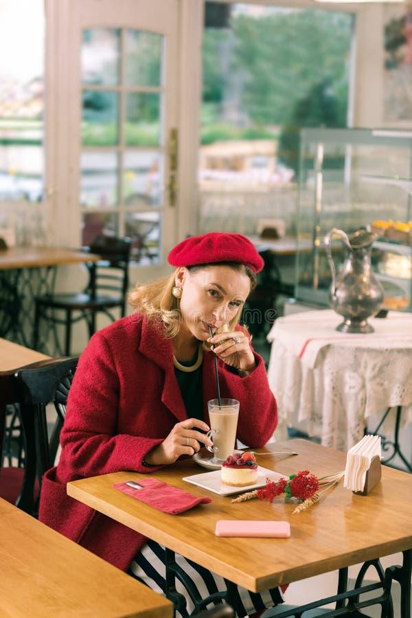 美丽的时髦的妇女感觉的令人惊讶的消费时间在好的面包店 图库摄影