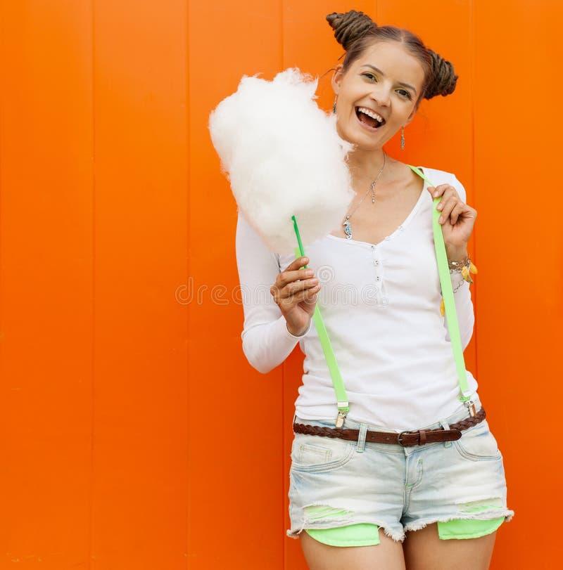 美丽的时兴的女孩简而言之和T恤杉用摆在nex的棉花糖橙色墙壁 免版税库存图片