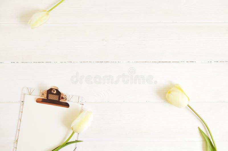 美丽的春天假日花arrangment 束在欢乐构成,文本的,白色背景拷贝空间的白色郁金香 免版税库存照片