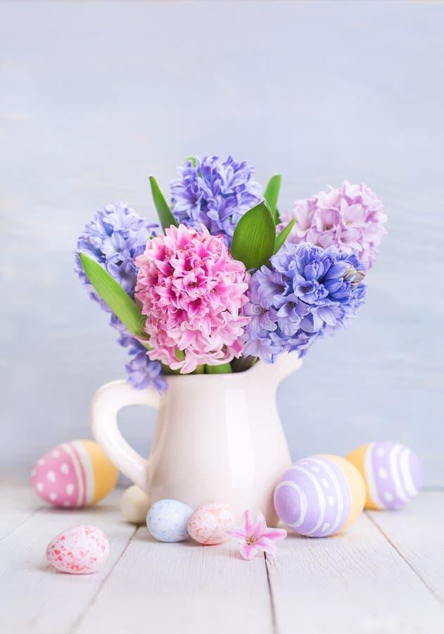 美丽的春天花和被绘的鸡蛋 库存照片