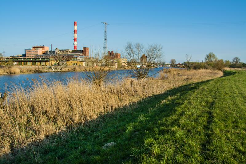 美丽的春景、河流、芦苇和电厂 埃尔布拉格在波兰 库存图片