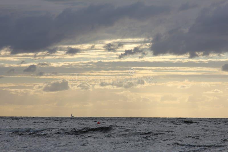 美丽的晚上天空在海滩的拉脱维亚在海 免版税库存图片