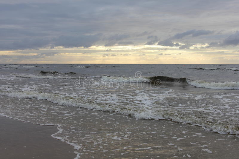 美丽的晚上天空在海滩的拉脱维亚在海 库存照片