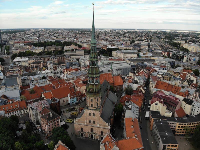 美丽的景色从上面 镇里加的老部分 拉脱维亚,欧洲的首都 E 创造由DJI Mavic 免版税库存图片