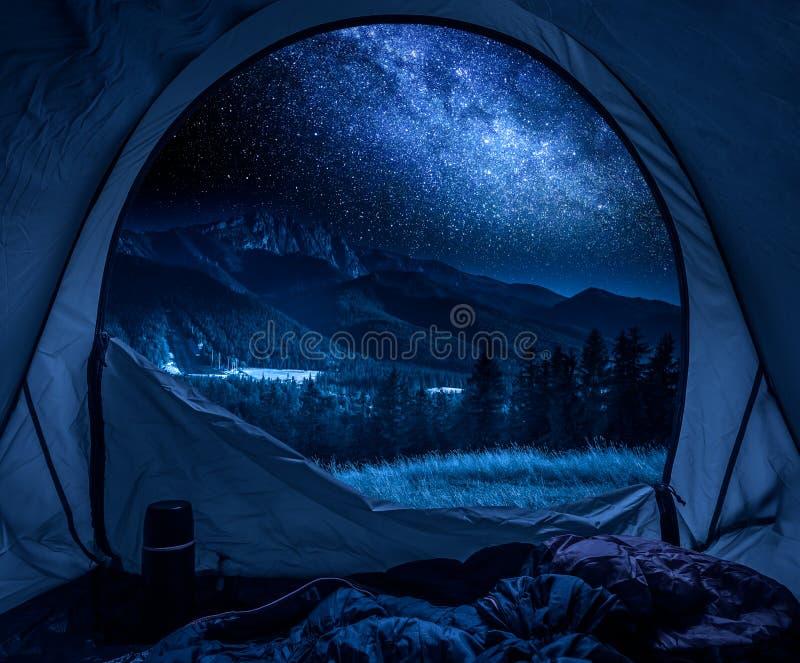 美丽的景色从帐篷到Tatras山在晚上 免版税库存照片
