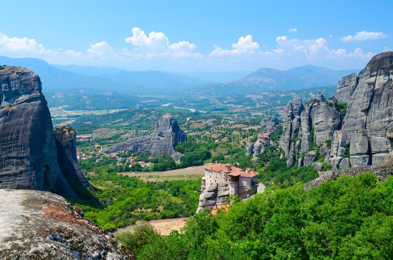 美丽的景色从高原到与宏伟的岩石和正统修道院,迈泰奥拉的色萨利谷, 库存图片