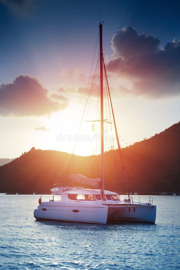 美丽的景色到筏在塞舌尔群岛咆哮在日落 免版税库存照片