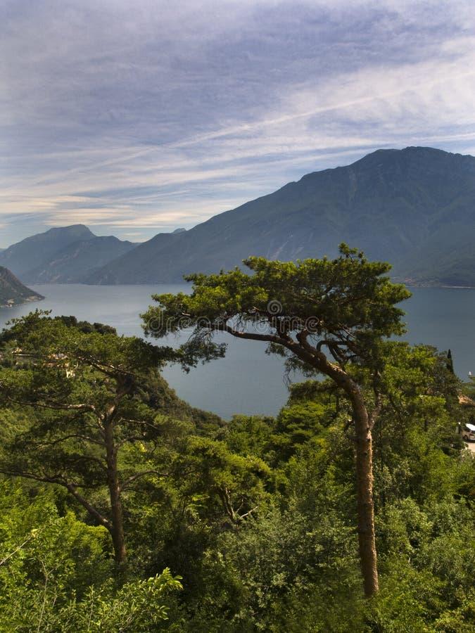 美丽的景色在加尔达湖 库存照片