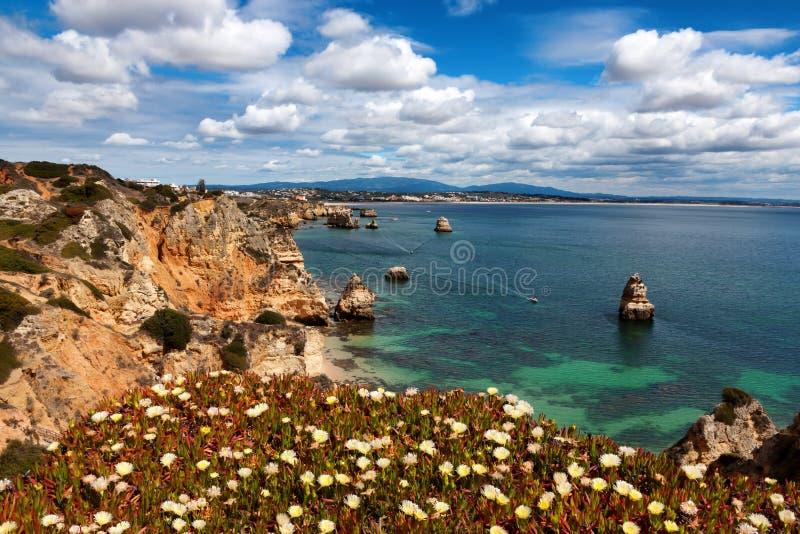 美丽的景色在海滩普腊亚附近的阿尔加威海岸做卡米洛,葡萄牙 免版税库存照片