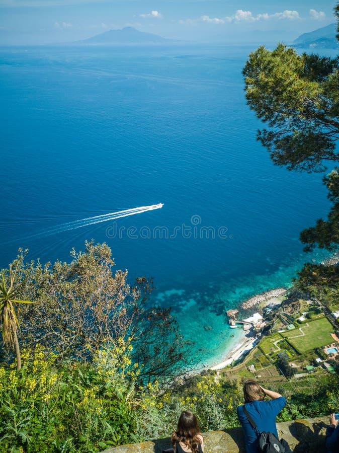 美丽的景色地中海与船从卡普里 库存图片