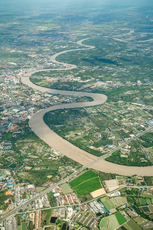 美丽的曲线河在飞机上被射击了在中午12点 它能看到种田和谷所有 库存照片