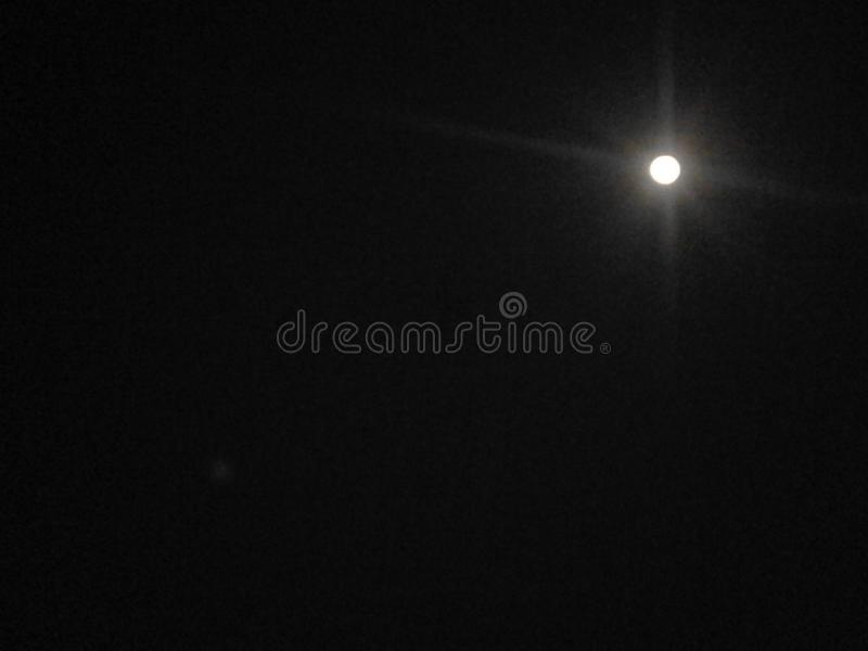 美丽的月亮在黑暗的夜 库存图片