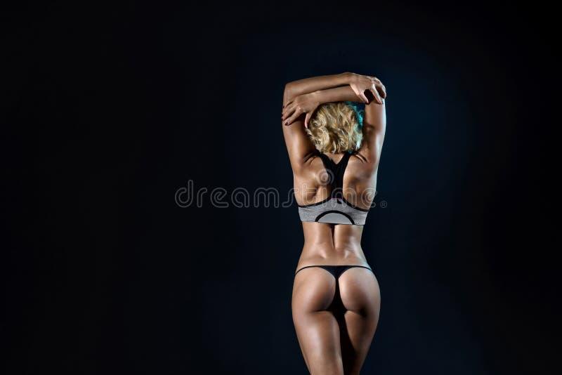 美丽的有亭亭玉立的强健的身体的年轻人适合的妇女 免版税库存图片