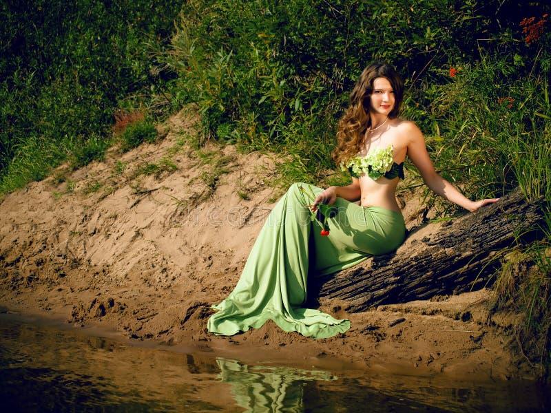 美丽的有吸引力的诱人的无忧无虑的深色的女孩美人鱼 库存图片