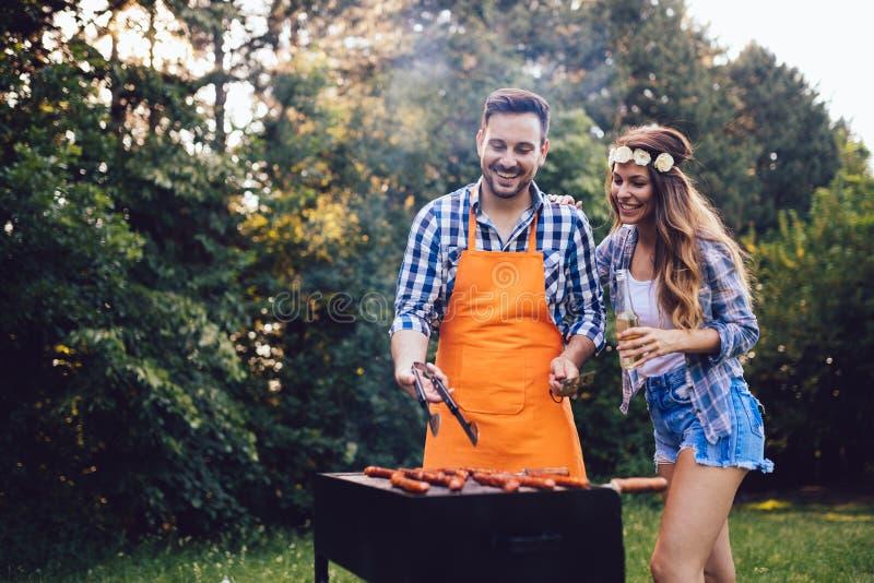 美丽的有妇女和英俊的人烤肉 库存照片