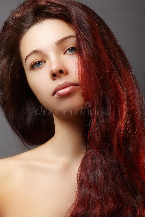 美丽的有豪华发型的姜少妇和时尚上光构成 与红色头发的秀丽特写镜头性感的模型 免版税库存图片
