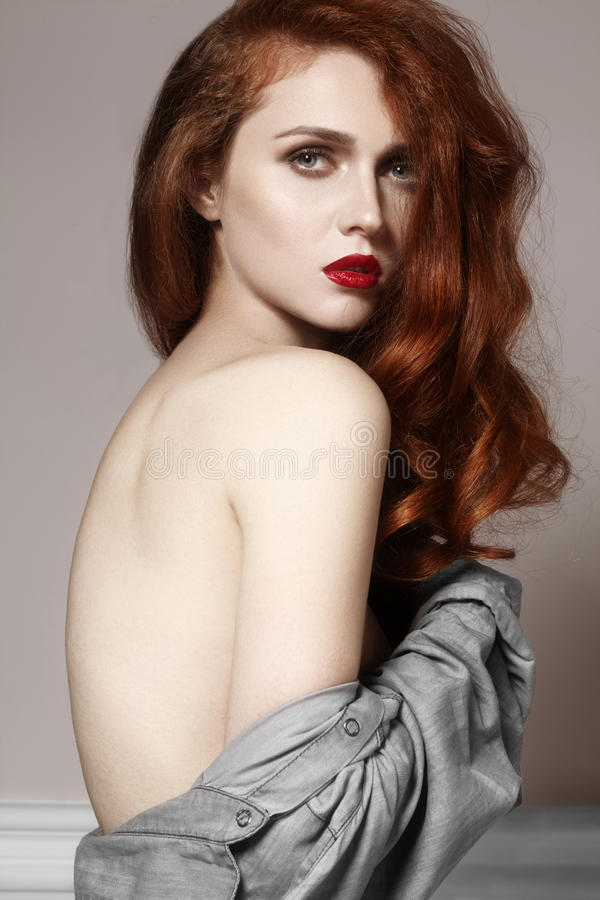美丽的有豪华发型的姜少妇和时尚上光构成 与红色头发的秀丽特写镜头性感的模型 免版税库存照片