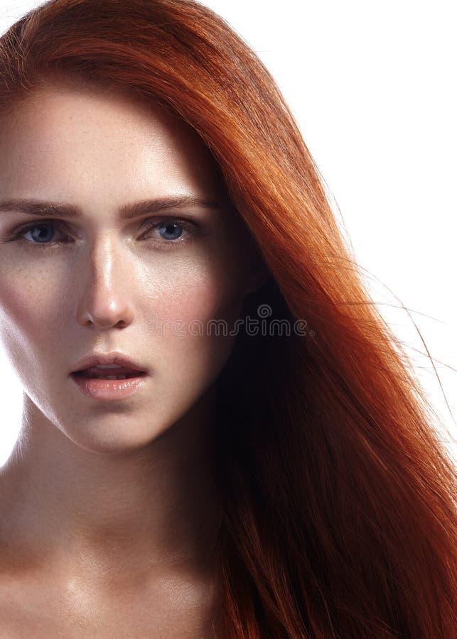 美丽的有飞行头发和naturel构成的姜少妇 性感的模型秀丽画象与平直的红色头发的 库存照片