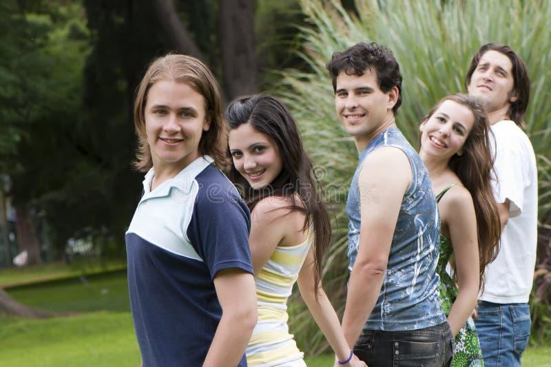 美丽的朋友编组人年轻人 免版税库存图片