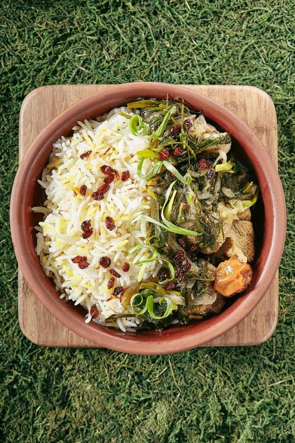 美丽的服务的葡萄酒陶瓷碗烘烤肉用米和草本关闭  免版税图库摄影