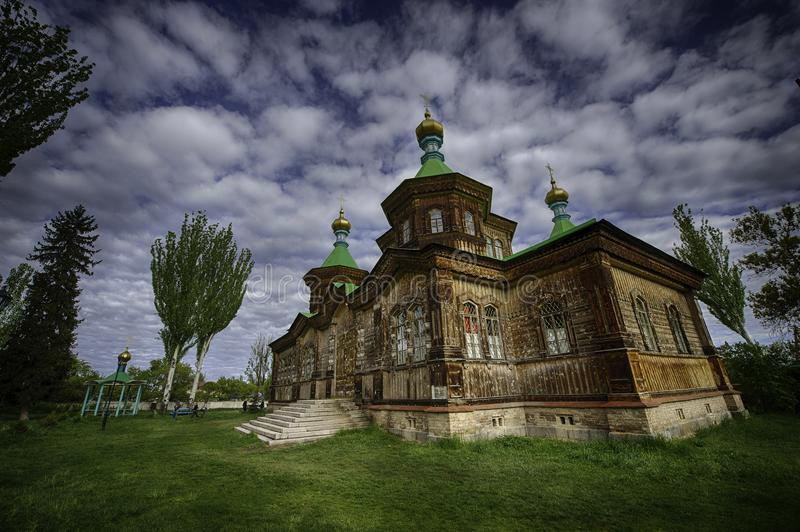 美丽的木教会在吉尔吉斯斯坦 库存图片