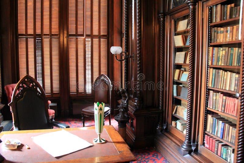 美丽的木案件用坚硬盖子书,维多利亚豪宅,波特兰,缅因填装了, 2016年 免版税库存照片