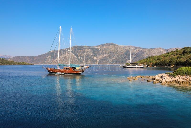 美丽的木风船停住在离伊塔卡海岛的附近,爱奥尼亚海,希腊海岸  库存图片