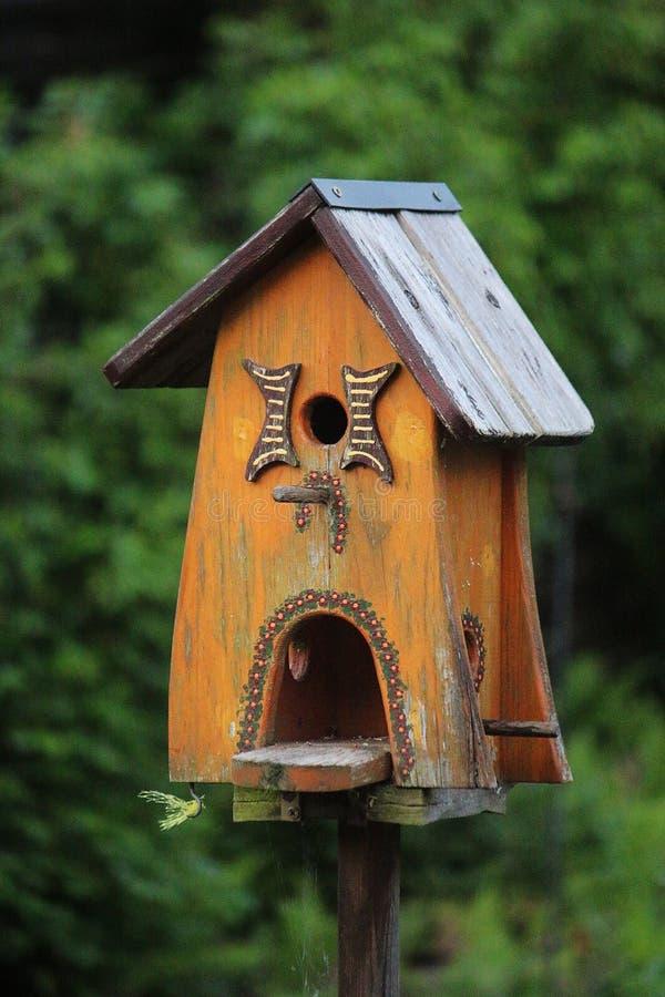 美丽的木鸟房子在庭院里 免版税库存照片