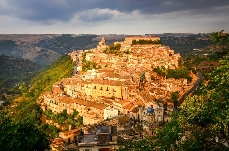 美丽的村庄拉古萨,西西里岛看法日落的 免版税库存图片