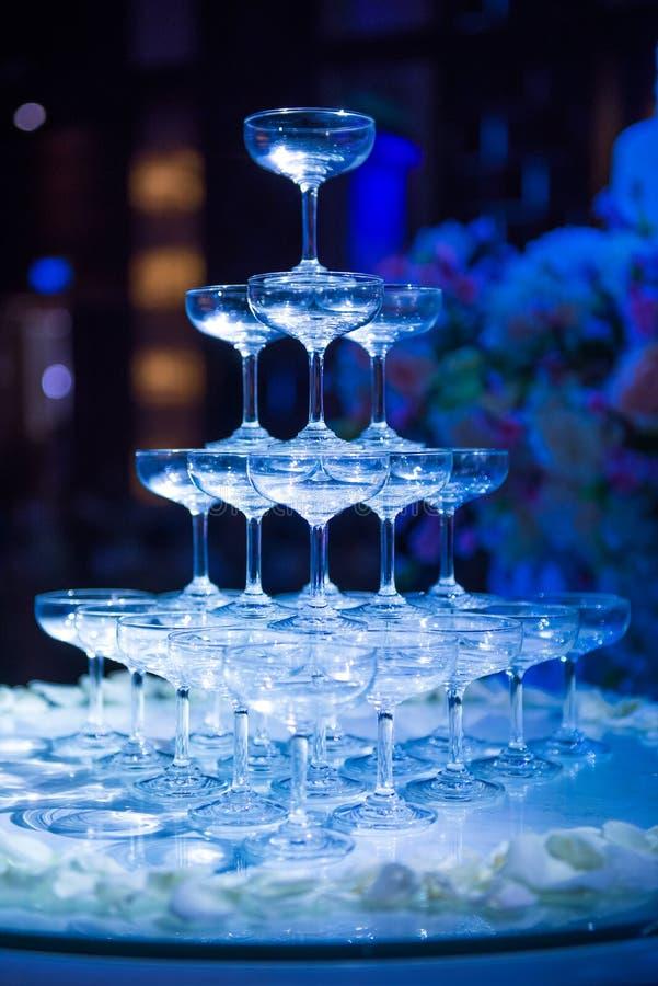 美丽的杯在婚礼celebrat的香槟 免版税库存照片