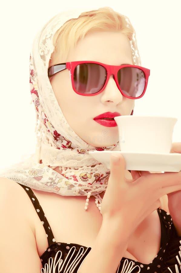 美丽的杯子妇女 免版税库存照片