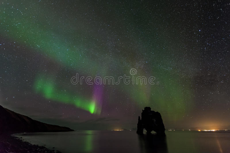 美丽的极光borealis,在hvitserkur,冰岛的北极光 库存图片