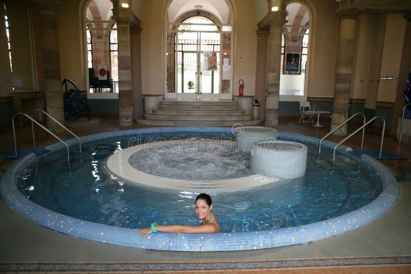 美丽的极可意浴缸妇女年轻人 免版税库存照片